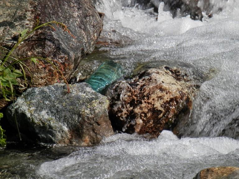 35-bjergtur-lac-du-grande-maison-en-vandflaske-uden-bund-og-en-slange-saa-er-der-rindende-vand-768×576